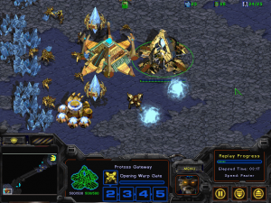 "Exemple d'ouverture ""One Gate Core"" dans StarCraft: Brood War (source)."
